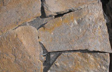 Piedra marrón oxidada (cuarcita)